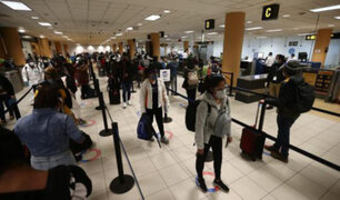 Viajeros critican cuarentena obligatoria de 14 días