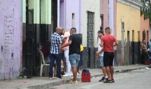 Pese a restricciones muchos limeños recibieron el 2021 tomando y bailando en plena calle