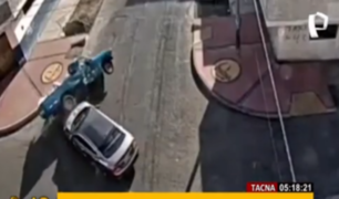 Tacna: auto choca y vuelca camioneta cargada con leche