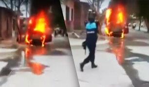 Auto se incendia en plena calle de Tumbes