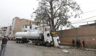 SJL: conductor de cisterna falleció tras impactar contra un árbol