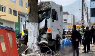SJL: mecánico muere tras choque de camión cisterna contra árbol