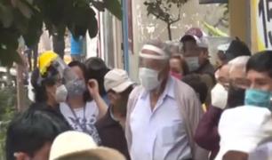 Cientos de ancianos se exponen a un posible contagio en las largas filas para cobrar bono