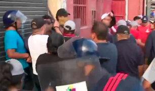 Piura: violento enfrentamiento entre fiscalizadores y ambulantes en alrededores de un mercado