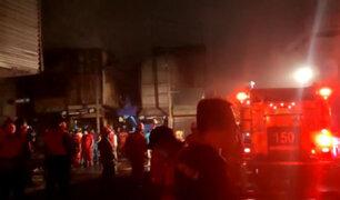 Voraz incendio consumió maderera en Los Olivos