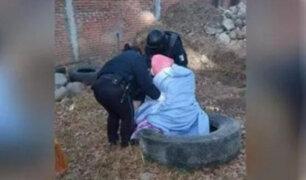 Sin compasión: Mujer abandona a su madre anciana en un terreno baldío