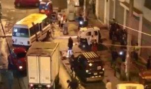 Ate: vecinos denuncian que venezolanos arrojan piedra a conductores porque no les dan propina