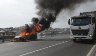 VIDEO: reportan incendio de vehículo  en el kilómetro 12 de la Panamericana Sur