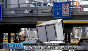 Camión quedó empotrado tras chocar contra puente en la avenida Brasil