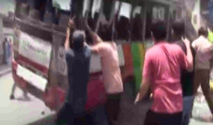 El Agustino: dos niños terminan heridos tras volcadura de cúster