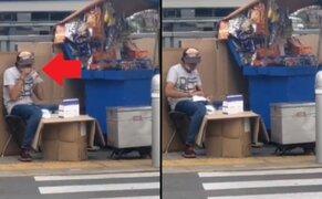 Captan a ambulante soplando bolsa antes de introducir las mascarillas que luego vende