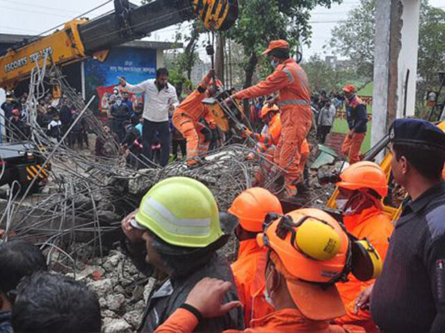 India: al menos 23 personas murieron tras derrumbarse el techo de un velatorio comunal