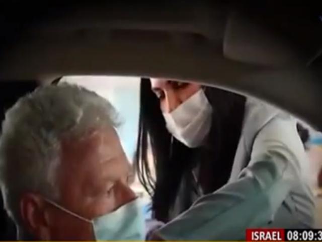 Israel vacuna a personas sin necesidad de salir de sus autos