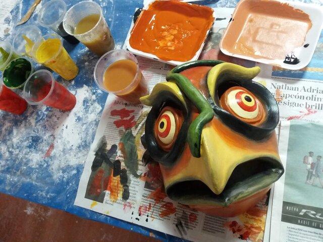 ¡Hora de disfrazarnos! Presentan taller para elaborar máscaras de papel con yeso
