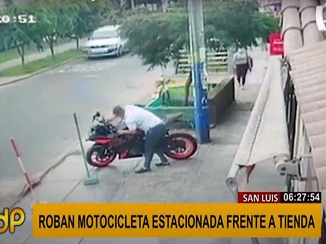San Luis: sujetos roban motocicleta estacionada a plena luz de día