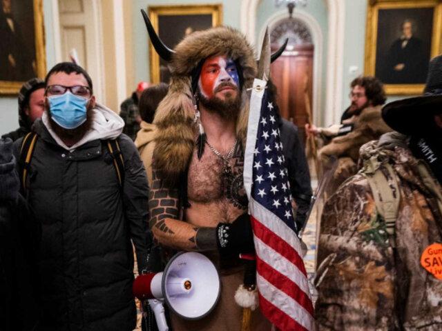 """Asalto al Capitolio: revelan nuevas imágenes del """"hombre vestido de bisonte"""""""