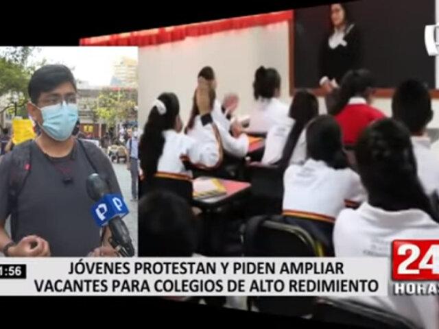 Jóvenes protestan y piden ampliar vacantes para colegios de alto rendimiento