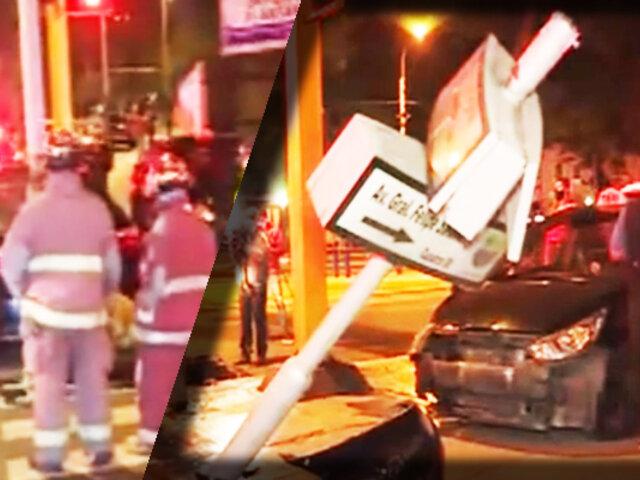 Taxi choca contra auto y derriba poste en Jesús María