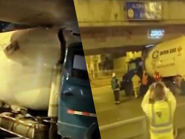 Cisterna de gas quedó atrapada en puente de SJM