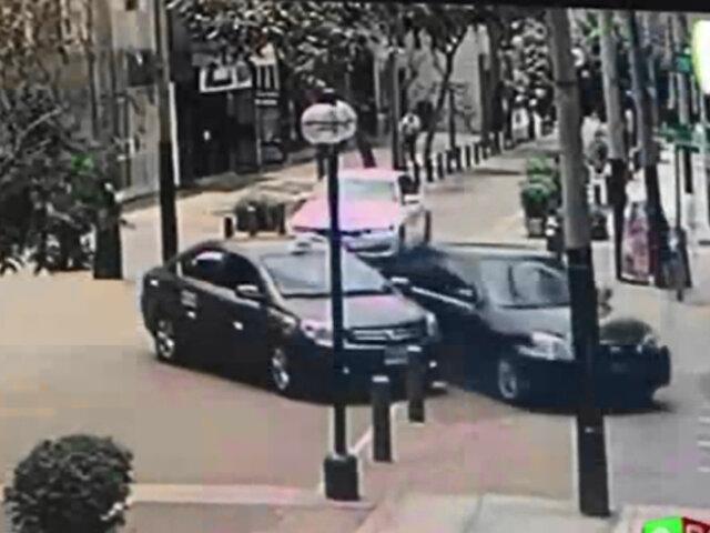 Miraflores: auto impactó contra vitrina de joyería causando pérdidas en 120 mil soles
