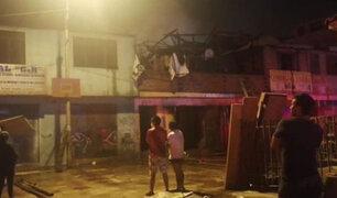 SJM: voraz incendio redujo a cenizas almacén de madera y reciclaje