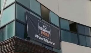 Restaurantes colocan carteles en protesta contra cuarentena