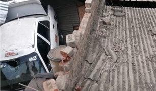 VMT: vehículo cayó sobre el techo de una vivienda causando serios destrozos