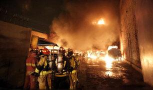 Ate Vitarte: voraz incendio en cochera afectó camión cisterna, vehículos y mototaxis