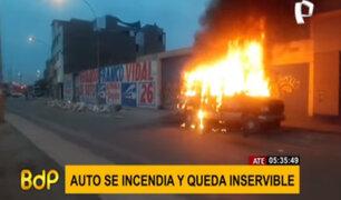 Ate: miniván se incendia y queda completamente inservible