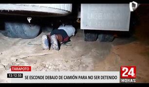 Sujeto se esconde bajo un camión tras ser sorprendido bebiendo cerveza en la calle