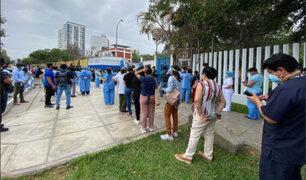 Vacunación contra la COVID-19: caos y largas colas en exteriores del Hospital Rebagliati