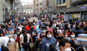 Comerciantes ambulantes se aglomeran en Mesa Redonda, pese a las disposiciones del Gobierno