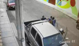 Cámaras de seguridad registró a delincuentes robando una camioneta en Trujillo