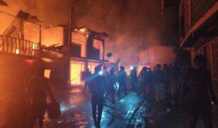 Voraz incendio redujo a cenizas al menos diez viviendas en Puno