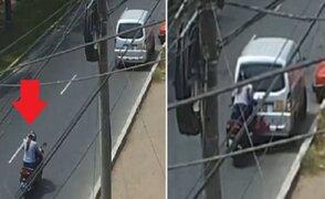 Mujer motociclista se estrella contra miniván por ver su celular
