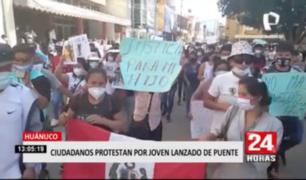 Huánuco: ciudadanos protestan por joven lanzado de puente