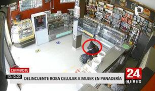 Chimbote: arranchan celular a señora dentro de una panadería