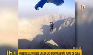 Paracaidista arriesga su vida saltando desde montaña en Dubái