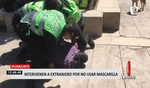 Policía usa la fuerza contra extranjero que se resistía a usar mascarilla