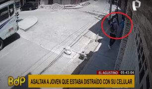 El Agustino: delincuentes roban a joven que caminaba distraído con su celular