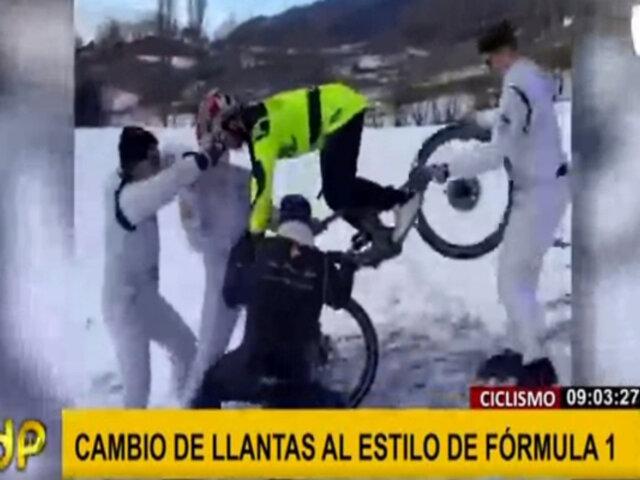 Cambian de llantas a ciclista al mismo estilo de la Fórmula 1