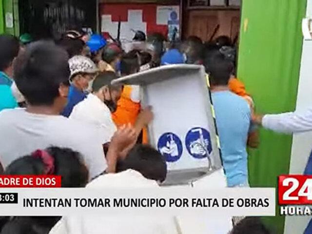 Madre de Dios: turba intenta ingresar a municipalidad exigiendo más obras