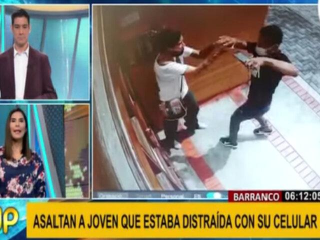 Barranco: asaltan a joven en la puerta de su casa por estar distraída con celular