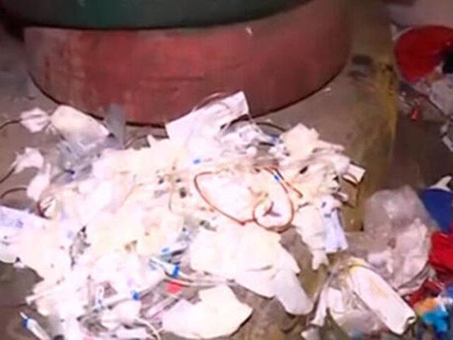Denuncian que desechos hospitalarios son arrojados en distintas calles de La Victoria