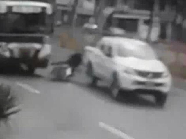 San Luis: motociclista casi muere atropellado por bus luego que camioneta le cerrara el paso