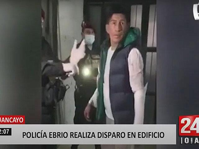 Suboficial de la policía desata el pánico al disparar al interior de un edificio
