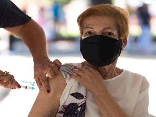 Indignación en Brasil por vacunación con aire a adultos mayores