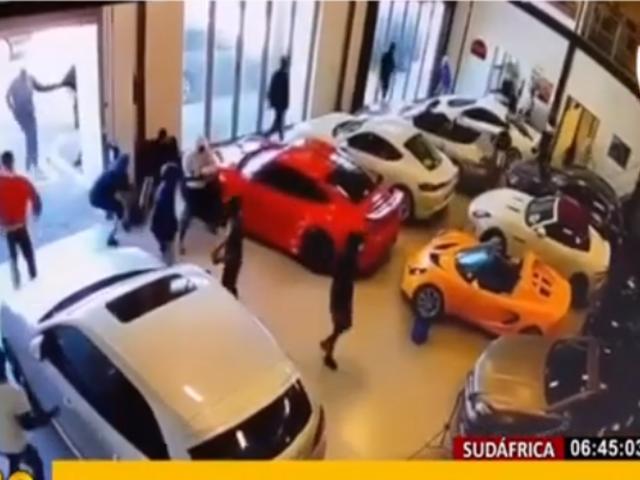 Sudáfrica: pandilleros destrozan autos de lujo en tienda