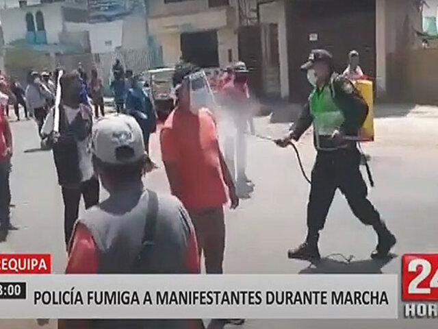 Arequipa: policía desinfecta a decenas de manifestantes con fumigadora