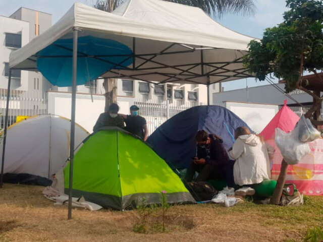 VES: Familiares de pacientes con COVID-19 acampan en exteriores de hospital